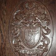 Деревянный обеденный стол под заказ из дуба герб