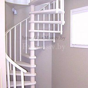 Спуск по винтовой лестнице из дерева