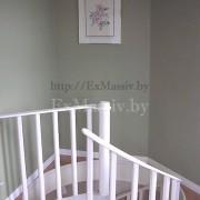 Белая винтовая лестница из дерева на втором этаже
