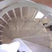 Винтовая белая лестница из дерева