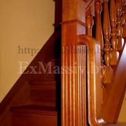 Столб и балясины на поворотной бетонной лестнице из дерева