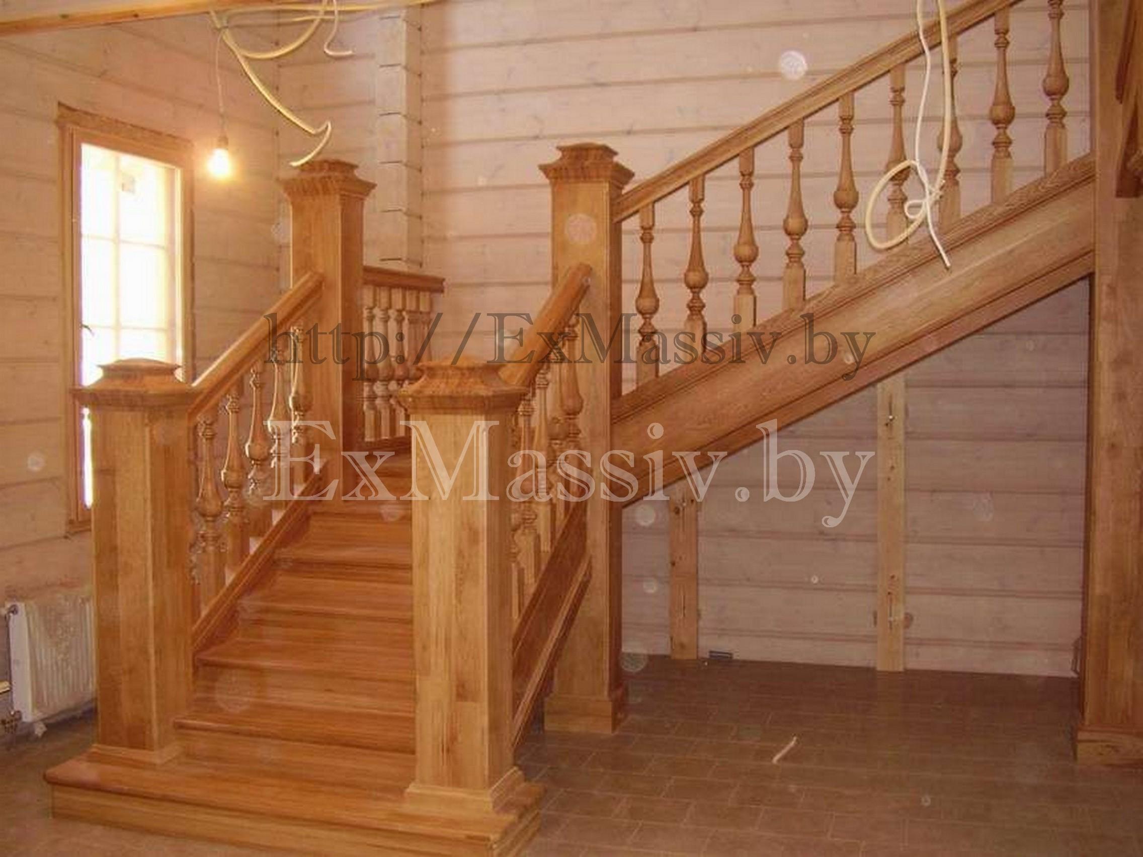 Лестница на второй этаж из дерева с забежными ступенями