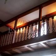 Деревянная лестница с забежными ступенями с балконом