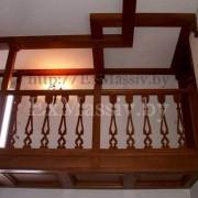 Деревянная лестница с забежными ступенями и балконом