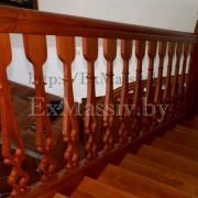 Деревянная лестница с забежными ступенями спуск