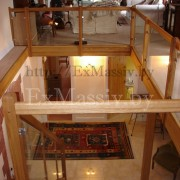 Балкон прямой деревянной лестницы из стекла