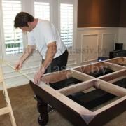 Выставление стола из ольхи и ясени в помещении