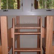 двухъярусная кровать из дерева, лестница и полка