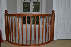 Балкон для лестницы из массива дуба