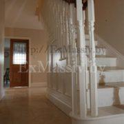 Белая деревянная лестница в Минске