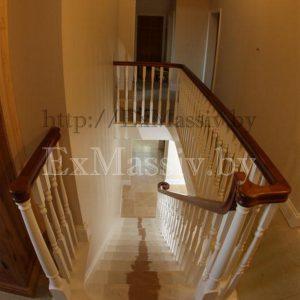 Белая деревянная лестница