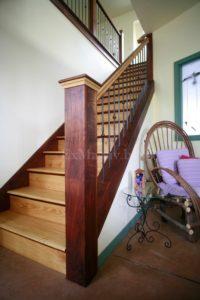 Лестница из дерева на заказ из ясеня