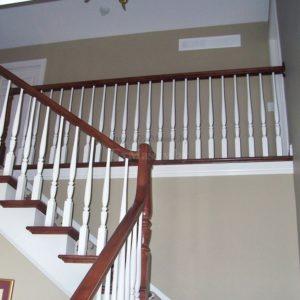 Деревянная лестница с площадкой поручень