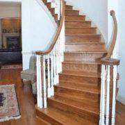 Деревянная лестница на второй этаж в частном доме на заказ