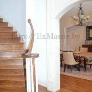 Деревянная лестница на второй этаж в частном доме дуб
